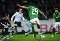 FUSSBALL   1. BUNDESLIGA   SAISON 2011/2012    16. SPIELTAG SV Werder Bremen - VfL Wolfsburg          10.12.2011 Claudio Pizarro (re, SV Werder Bremen) erzeilt das Tor zum 2:0. Torwart Diego Benaglio (li, VfL Wolfsburg) kann nicht retten