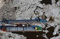 Binnenschiffe im Eis am Aussschlaeger Elbdeich: EUROPA, DEUTSCHLAND, HAMBURG, (EUROPE, GERMANY), 02.02.2014: Binnenschiffe im Eis am Aussschlaeger Elbdeich in der Billwerder Bucht,