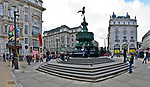Londyn, 2009-03-05.  Piccadilly Circus – plac i skrzyżowanie głównych ulic w centrum rozrywkowej dzielnicy West End. To miejsce spotkań londyńczyków i atrakcja turystyczna Londynu.