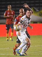 BARRANQUIILLA -COLOMBIA-10-10-2015. Omar Guerra (Izq) jugador de Uniauntónoma disputa el balón con Leonardo Pico (Der) jugador de Patriotas FC durante partido por la fecha 15 de la Liga Aguila II 2015 jugado en el estadio Metropolitano de la ciudad de Barranquilla./ Omar Guerra (L) player of Uniautonoma fights for the ball with Leonardo Pico (R) player of Patriotas FC during match valid for the date 15 of the Aguila League II 2015 played at Metropolitano stadium in Barranquilla city.  Photo: VizzorImage/ Alfonso Cervantes /