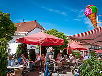 Deutschland, Bayern, Niederbayern, Naturpark Bayerischer Wald, Bodenmais: Hoehenluftkurort ind Wintersportort am Fuss des Arber, Eisdiele am Marktplatz | Germany, Bavaria, Lower-Bavaria, Nature Park Bavarian Forest, Bodenmais: popular holiday resort, ice cream parlour at market square