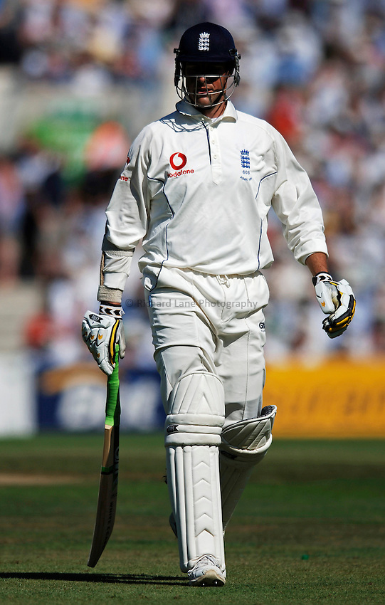 Photo: Glyn Thomas..England v Australia. nPower Test Series. The Ashes 2005..08/09/2005..England's Marcus Trescothick walks off the field.