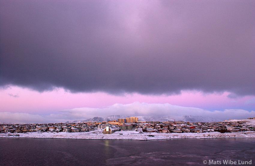 Bleikur vetrarhiminn yfir Grafarvogi. / Pink wintersky over suburb Grafarvogur in Reykjavik.