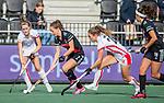 AMSTELVEEN - Charlotte Adegeest (Adam) met Donja Zwinkels (OR) en Laura Nunnink (OR)   tijdens de hoofdklasse hockeywedstrijd dames,  Amsterdam-Oranje Rood (2-2) .   COPYRIGHT KOEN SUYK