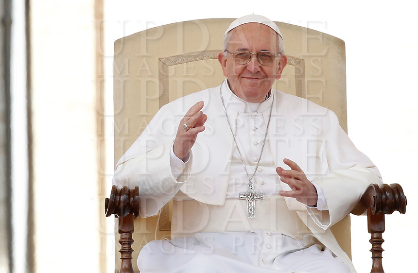 Papa Francesco durante la sua udienza generale in Piazza San Pietro, Citta' del Vaticano, 10 aprile 2013..Pope Francis gestures during his weekly general audience in St. Peter's square at the Vatican, 10 April 2013..UPDATE IMAGES PRESS/Isabella Bonotto..STRICTLY ONLY FOR EDITORIAL USE