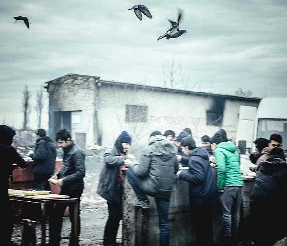Belgrad, Serbien - 01.02-04.02.2017 - Geflüchtete sitzen in Serbien fest. Durch die Schließung der Balkanroute können sie ihr Ziel nicht erreichen und sind auf die Grenzöffnung oder Schlepper angewiesen. Schlepper versprechen ihnen sie nach Kroatien oder Ungarn zu bringen und wollen dafür mehrere tausend Euro. Meist ist das erfolglos. Einige hundert Geflüchtete wohnen in Baracken am Belgrader Hauptbahnhof unter schlechten Bedingungen. Andere sind in Camps untergebracht. Die meisten sind aus Afganisthan und Pakistan.