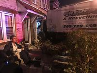 NORTH BERGEN, NJ, 02.04.2017 - ACIDENTE-TRANSITO - Um caminhão de coleta de lixo atingiu uma residência após o motorista perder o controle do veículo na avenida Columbia na cidade de North Bergen nos Estados Unidos na noite deste domingo, 02. Ninguém ficou ferido. (Foto: Vanessa Carvalho/Brazil Photo Press)