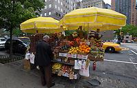 NEW YORK-NY-02-05-2012.  Un ciudadano compra frutas en una calle en la ciudad de NuevaYork , mayo 2 de 2012. A citizen buys fruit in a street in the city of New York, May 2, 2012. (Photo: VizzorImage/Luis Ramirez).......