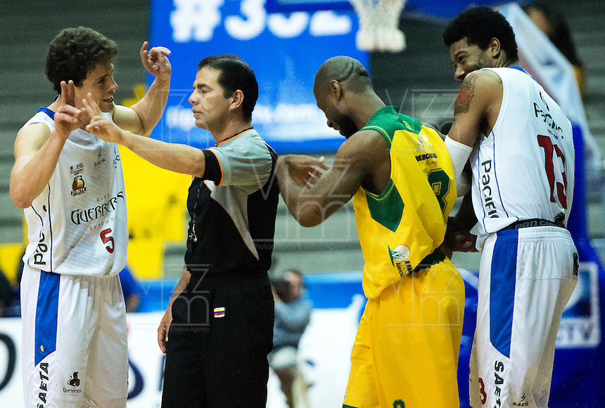 BOGOTÁ -COLOMBIA. 05-06-2014. Gian Bacci Vitola (Izq) de Guerreros discute con uno de los árbitros durante el tercer juego entre Guerreros de Bogotá y Cimarrones del Chocó por los playoffs finales de la  Liga DirecTV de Baloncesto 2014-I de Colombia realizado en el coliseo El Salitre de Bogotá./ Gian Bacci Vitola (L) player of Guerreros discuss with a referee during the third match between Guerreros de Bogota and Cimarrones del Choco for the playoffs finals of the DirecTV Basketball League 2014-I in Colombia played at El Salitre coliseum in Bogota. Photo: VizzorImage/ Gabriel Aponte / Staff