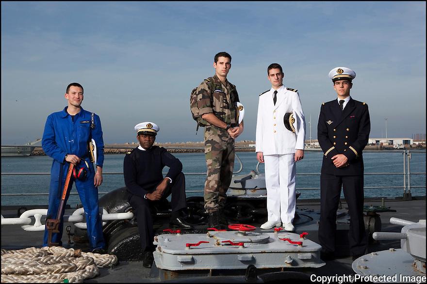 Enseigne de vaisseau Vincent Dubreuil.<br /> Enseigne de vaisseau Max Sieyoji.<br /> Enseigne de vaisseau Julien Petitqueux.<br /> Enseigne de vaisseau Nicolas Santens.<br /> Enseigne de vaisseau Laurent Falhun.<br /> 1153-16  052 officiers-&eacute;l&egrave;ves - les &laquo; OE &raquo; dans le jargon<br /> Enseigne de vaisseau Vincent Dubreuil.<br /> Officiers-&eacute;l&egrave;ves - les &laquo; OE &raquo; dans le jargon