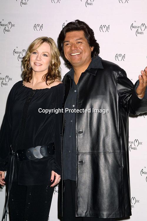 ©2003 KATHY HUTCHINS / HUTCHINS PHOTO.30TH AMERICAN MUSIC AWARDS.SHRINE AUDITORIUM.LOS ANGELES, CA.JANUARY 13, 2003.GEORGE LOPEZ AND JENNIE GARTH