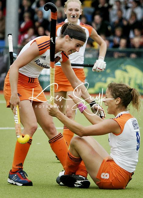 NLD-20050814-DUBLIN- EK HOCKEY dames. Nederland-Spanje (3-0). Sylvia Karres (r) heeft de stand op 3-0 gebracht. Minke Smabers (l) deelt mee in de vreugde. op de achtergrond Maartje Goderie. ANP FOTO/KOEN SUYK