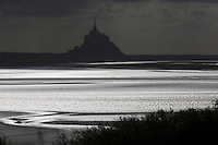 Europe/France/Normandie/Basse-Normandie/50/Manche/ Vains : Baie du Mont Saint-Michel, classée Patrimoine Mondial de l'UNESCO, Le Mont Saint-Michel  depuis   la Pointe du Grouin du Sud  // Europe/France/Normandie/Basse-Normandie/50/Manche/ Vains : Bay of Mont Saint Michel, listed as World Heritage by UNESCO,  The Mont Saint-Michel since  Pointe du Grouin du Sud