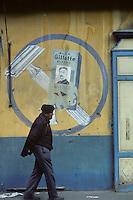 Europe/France/Languedoc-Roussillon/66/Pyrénées -Orientales/Ille-sur-Têt : Passant devant une publicité murale<br /> <br /> PHOTO D'ARCHIVES // ARCHIVAL IMAGES<br /> FRANCE 1980