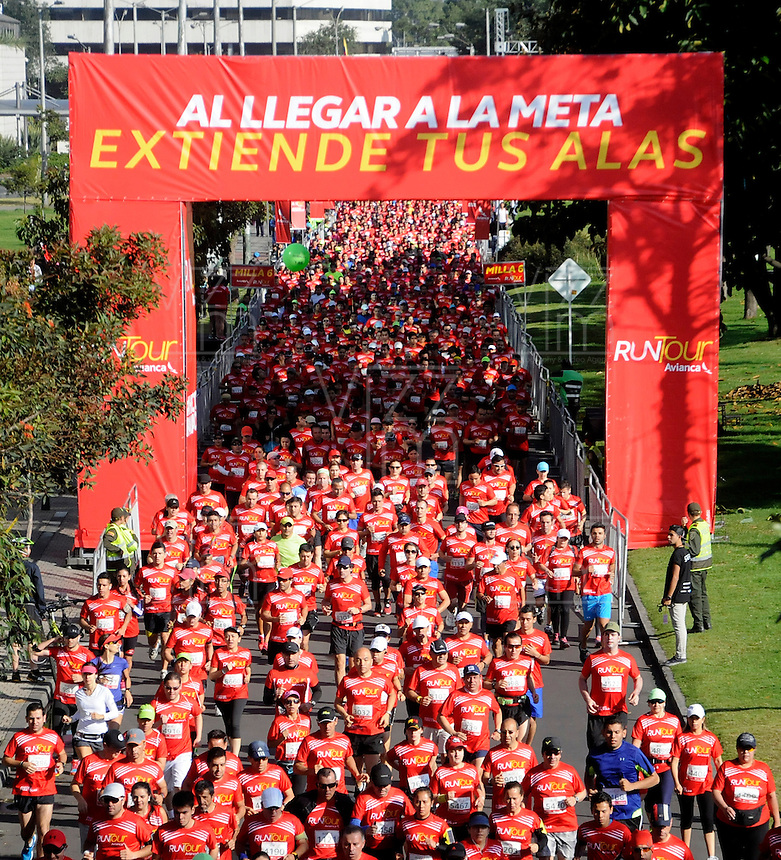 BOGOTA - COLOMBIA - 15-03-2015: Cerca de 10000 atletas participaron en la tercera versiÛn del Avianca RunTour 2015, por las calles de Bogota. Avianca impulsado a promover el atletismo como deporte universal, al tiempo contribuye a la salud de los niÒos de escasos recursos econÛmicos que requieren atenciÛn medica y quir˙rgica especializada, es asi como Avianca entrega a la Fundacion Cardio Infantil los dineros recaudados para la dotaciÛn de la Unidad de Cuidados Intensivos de Neonatos. / Nearly 10,000 athletes participated in the third version of Avianca RunTour 2015, in the streets of Bogota. Avianca driven to promote athletics as universal sport, while contributing to the health of children of low income who require specialized medical and surgical care, is also Avianca delivery to the Fundacion Cardio Infantil, the monies raised for the endowment of the unit Neonatal Intensive Care. Photo: VizzorImage / Luis Ramirez / Staff.