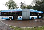 Foto: VidiPhoto<br /> <br /> ARNHEM – De 'gloednieuwe' nieuwe Arnhemse trolleybus 2.0 kan minimaal 10 km zonder bovenleiding rijden, dankzij een accu. Een proef met twee omgebouwde voertuigen, die inmiddels ook worden ingezet om passagiers te vervoeren, is een groot succes. Openbaarvervoersbedrijf Connexxion/Breng/Hermes wil op korte termijn twaalf van de veertien trolleybussen laten ombouwen om zo ook in de nabije regio te kunnen rijden op electriciteit. De Arnhemse trolleybus bestaat 70 jaar. In 2025 moet het openbaar vervoer in de Arnhemse binnenstad volledig emissieloos zijn. Bedenker van het nieuwe systeem is projecteider Hans Aldenkamp van Connexxion.