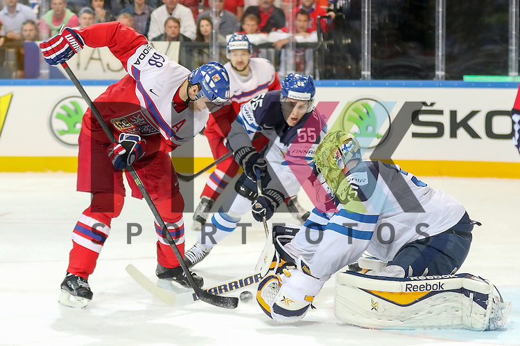 Tschechiens Jagr, Jaromir (Nr.68)(Florida Panthers) verteidigt von Finnlands Ohtamaa, Atte (Nr.55)(Jokerit Helsiniki) und Finnlands Rinne, Pekka (Nr.35)(Nashville Predators) mit einer Parade im Spiel IIHF WC15 Czech Republic vs. Finland.<br /> <br /> Foto &copy; P-I-X.org *** Foto ist honorarpflichtig! *** Auf Anfrage in hoeherer Qualitaet/Aufloesung. Belegexemplar erbeten. Veroeffentlichung ausschliesslich fuer journalistisch-publizistische Zwecke. For editorial use only.