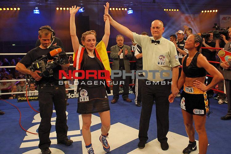 Universum Champions Night - AWD Dome Bremen 02.05.2009<br /> <br /> WIBF- und WBC-Federgewichts-Weltmeisterin Ina Menzer GER )  gegen Franchesca ĄThe chosen oneď Alcanter ( USA )<br /> <br /> Alte und neue Weltmeisterin  WIBF und WBC wurde nach Punkten Ina MENZER ( WIBF- und WBC-Federgewichts-Weltmeisterin - GER )  <br /> <br /> Foto &copy; nph (  nordphoto  )