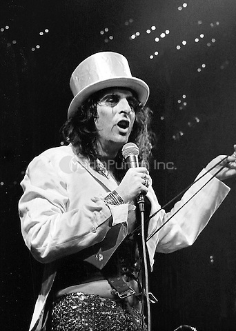 Alice Cooper performing in 1972. Credit: Ian Dickson/MediaPunch