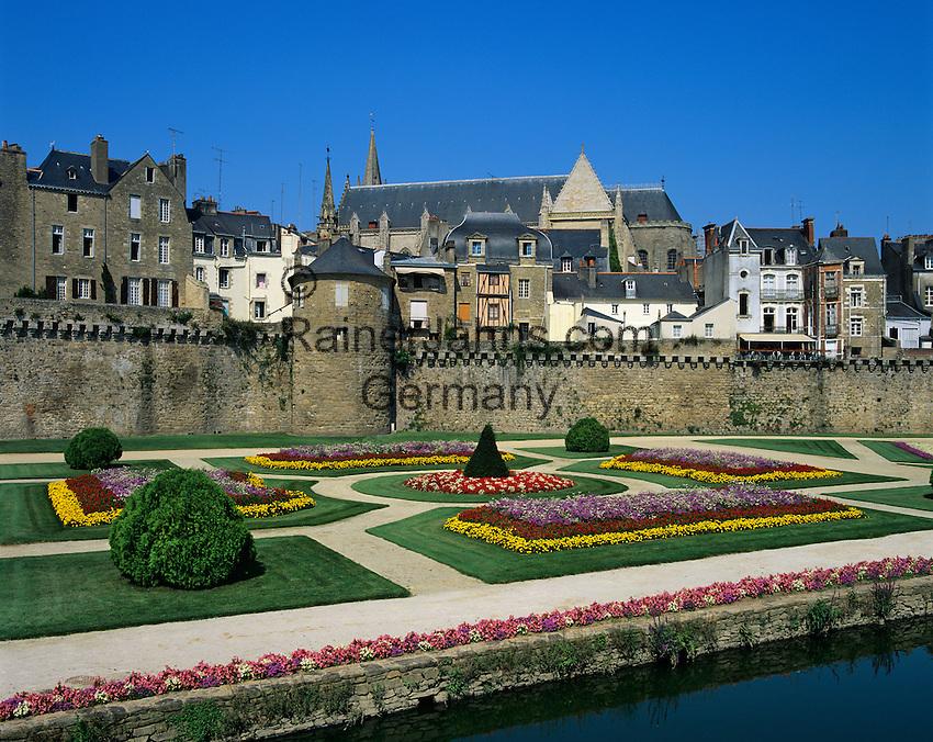 France, Brittany, Vannes: The ramparts and gardens below the Gothic St Peter's Cathedral | Frankreich, Bretagne, Vannes: Stadtmauer und Park unterhalb der Kathedrale Saint-Pierre de Vannes