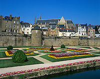 France, Brittany, Vannes: The ramparts and gardens below the Gothic St Peter's Cathedral | Frankreich, Bretagne, Vannes: Stadtmauer und Park unterhalb der Kathedrale Saint-Pierre de Vannes
