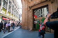 """BUENOS AIRES, ARGENTINA, 02 DE FEVEREIRO DE 2012 - PROTESTO CONTRA TROPAS BRITANICAS ILHAS MALVIVAS -  Manifestantes realizam protesto chamado """"Quebracho"""", contra a presença das tropas britânicas nas Ilhas Malvivas, apos cerimonia em frente ao Monumentos aos Caídos na Guerra das Malvinas, o grupo seguiu pela rua Florida, sob o olhar de turistas e trabalhadores, ate a sede do banco HSBC, onde apos discurso, cantaram o hino nacional e jogaram bombas de tintas no banco. Em Buenos Aires, capital da Argentina, nesta quinta-feira, 02. (FOTO: PATRICIO MURPHY - NEWS FREE)."""