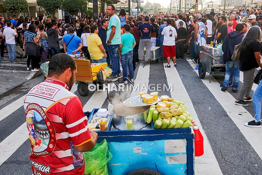 Carroça de milho cozido, comercio informal, Avenida Paulista, Sao Paulo. 2019. Foto de Juca Martins