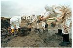 Desastre Presstige, voluntarios retiran fuel en la playa Nemiña en la costa de Fisterra. Foto:pedro agrelo