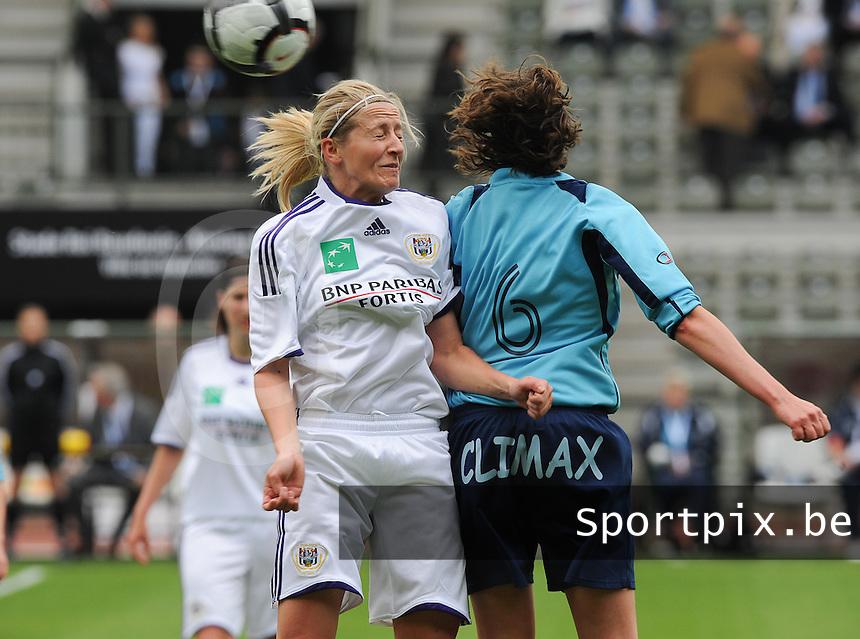 15 Mei 2010 Bekerfinale vrouwen : Sinaai Girls - RSC Anderlecht  : kopduel met Marijke Callebaut.foto DAVID CATRY / Vrouwenteam.be
