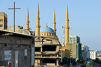 LEBANON, Beirut, Mohammed-al-Amin-Mosque,  a sunni mosque build 2008 at place of martyrs, which was during civil war the so called green line of demarcation, the battle field between muslim and christian milicia, in front during war destroyed cinema and church / LIBANON, Beirut, Mohammed-al-Amin-Moschee, eine sunnitische Moschee und Freitagsmoschee der libanesischen Hauptstadt, wurde 2008 am Platz der Maertyrer in der Innenstadt Beiruts eingeweiht, hier verlief die Demarkationslinie green line  im Buergerkrieg, die Kampfzone zwischen Milizen von Muslimen und Christen, im Krieg zerstoertes Kino und zerstoerte Kirche San Vincent de Paul im Vordergrund