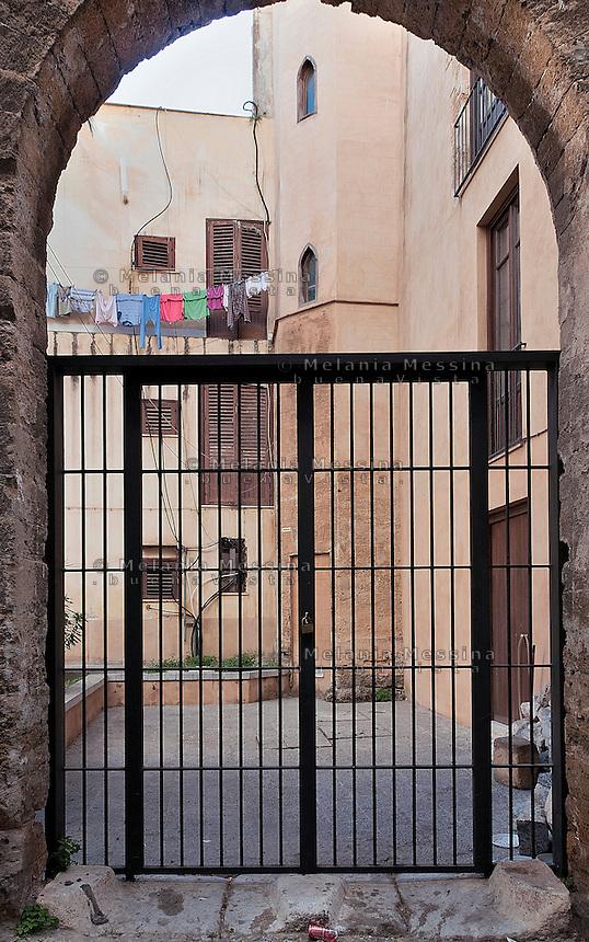 Palermo: hanging clothes in Galletti palace (14th century).<br /> Palermo: scorcio di palazzo Galletti (XIV sec.) con panni stesi.