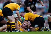 20040904 London Wasps v Saracens. Zurich Premiership..Jonny O'Conner passes the ball back to Matt Dawson.Photo  Peter Spurrier.email images@intersport-images Mob +447973819551.