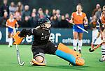 BLOEMENDAAL  - Hockey -  finale KNHB Gold Cup dames, Bloemendaal-HDM . Bloemendaal wint na shoot outs. Hester van der Veld (HDM) scoort 1-1. keeper Diana Beemster (Bldaal)    COPYRIGHT KOEN SUYK