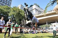 SAO PAULO, SP, 30 DE JUNHO DE 2012 - VIRADA ESPORTIVA SP - Apresentação de Slakeline no Vale do Anhangabaú na manhã deste sabado (30), durante Virada Esportiva 2012, que acontece este final de semana em São Paulo. FOTO: LEVI BIANCO - BRAZIL PHOTO PRESS