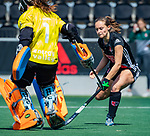AMSTELVEEN  - Kelly Jonker (A'dam) met Jantien Gunter (Gro)    . Hoofdklasse hockey dames ,competitie, dames, Amsterdam-Groningen (9-0) .     COPYRIGHT KOEN SUYK