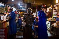 Hangzhou, Cina, 3 marzo, 2015. Venditori di t&egrave; lungo l'antica Strada Imperiale nel centro storico della citt&agrave;.<br /> Tea shop in the center of Hangzhou