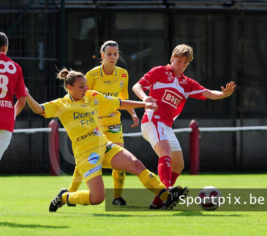 Supercup seizoen 2011 - 2012 ; Kampioen Standard Femina tegen Bekerwinnaar Waasland Beveren Sinaai Girls : Lim De Vetter met de tackle op Aline Zeler.foto DAVID CATRY / Vrouwenteam.be