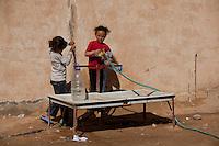 Tunisie RasDjir Camp UNHCR de refugies libyens a la frontiere entre Tunisie et Libye ....Tunisia Rasdjir UNHCR refugees camp  Tunisian and Libyan border  Campo profughi alla frontiera libica<br /> raccolta acqua water collection