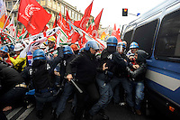 Roma 26 Novembre 2009.Metalmeccanici delle fabbriche italiane appartenenti al gigante statunitense dell'alluminio Alcoa manifestano contro i licenziamenti e si  scontrano  con la polizia  nel centro di Roma.Rome  November 26, 2009.Metalworkers of Italian factories belonging to US aluminium giant Alcoa clash with police during a demonstration in the center of Rome. Italy has been subsidising electricity prices for Alcoa's two Italian production sites since 2006, but the European Commission ruled on November 19 that this amounted to illegal state aid and should be paid back. The US giant, which employs 2,500 people in Italy, responded by temporarily idling its Portovesme and Fusina plants. It also said it plans appeal against the decision