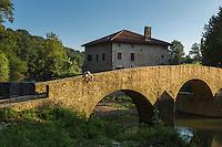 France, Aquitaine, Pyrénées-Atlantiques, Pays Basque, Bidache: Le pont Gramont sur le Lihoury  //  France, Pyrenees Atlantiques, Basque Country, Bidache: Old bridge on the Lihoury said pont de Gramont