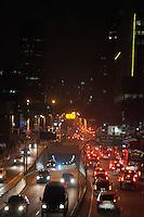SÃO PAULO-SP-25,08,2014-TRÂNSITO/ AVENIDA CIDADE JARDIM- O motorista segue com trânsito lento na Avenida Cidade Jardim (altura da Marginal Pinheiros) sentido Morumbi.Região Sul da Cidade de São Paulo,na noite dessa segunda-feira,25(Foto:Kevin David/Brazil Photo Press)