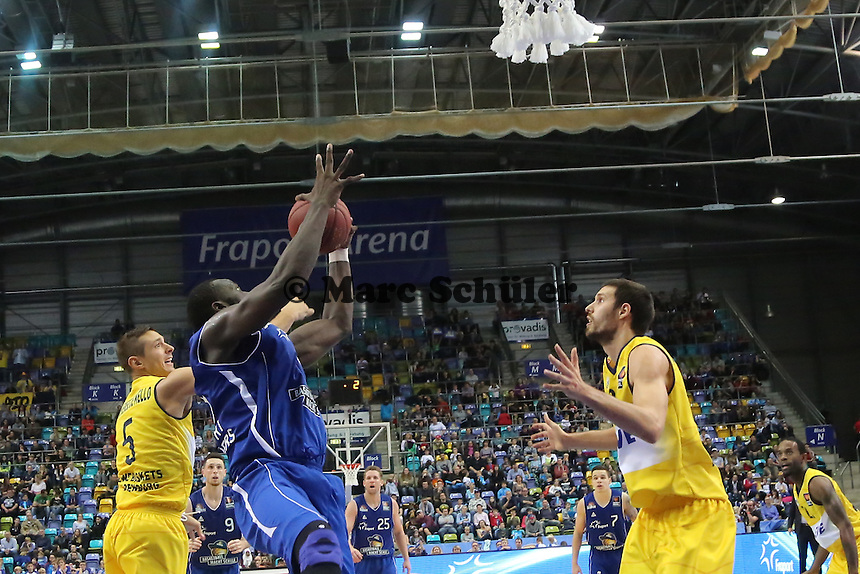 Aziz N'Diaye (Skyliners) gegen Dominik Bahiense de Mello, Nemanja Aleksandrov (EWE) - Fraport Skyliners vs. EWE Baskets Oldenburg, Fraport Arena Frankfurt