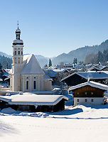Deutschland, Bayern, Chiemgau: Dorf Sachrang mit Pfarrkirche St. Michael im Winter | Germany, Bavaria, Chiemgau: village Sachrang with parish church St. Michael in winter