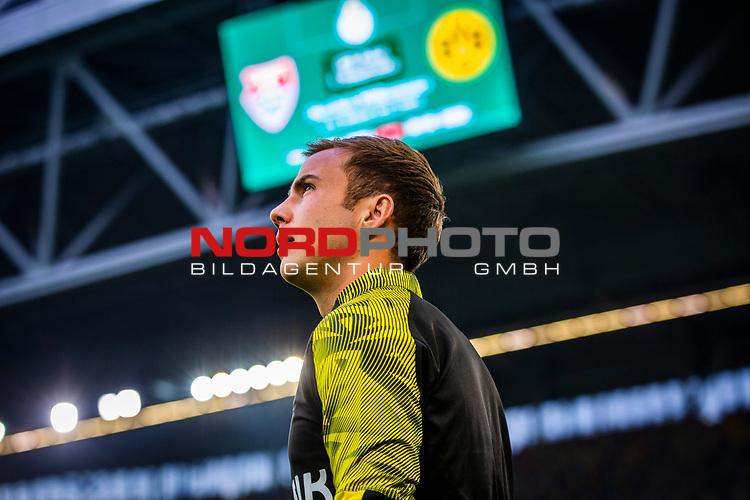 09.08.2019, Merkur Spiel-Arena, Düsseldorf, GER, DFB Pokal, 1. Hauptrunde, KFC Uerdingen vs Borussia Dortmund , DFB REGULATIONS PROHIBIT ANY USE OF PHOTOGRAPHS AS IMAGE SEQUENCES AND/OR QUASI-VIDEO<br /> <br /> im Bild   picture shows:<br /> Mario Goetze (Borussia Dortmund #10) auf dem Weg zum warmmachen, <br /> <br /> Foto © nordphoto / Rauch