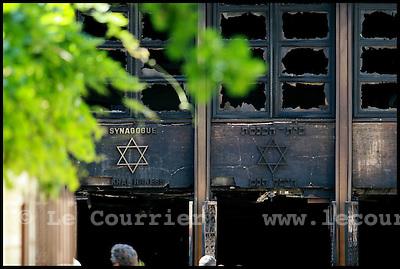 Genève, le 24.05.2006.Incendie de la synagogue de Malagnou.La piste d´un acte volontaire, privilégiée dans un premier temps par la police à la suite de l´incendie jeudi matin de la synagogue de Malagnou à Genève, a été relativisée. Selon les premiers éléments de l´enquête, un seul foyer a été retrouvé.Une grosse armoire électrique se trouve dans le local d´où est parti le sinistre, a précisé Philippe Cosandey, porte-parole de la police cantonale genevoise. Les locaux étaient occupés par environ 200 personnes mercredi soir, précise encore la police. (ats).© J.-P. Di Silvestro / Le Courrier