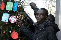 """Roma, 8 Dicembre 2018<br /> Migranti e attivisti solidali decorano """"Spauracchio"""" l' albero di Natale migrante nei pressi della stazione Tiburtina dove l'associazione Baobab accoglie migranti dopo lo sgombero della tendopoli di Piazzale Maslax. Un albero di Natale dedicato ai migranti ed alla Roma solidale. A decorare l'albero parole di  solidarietà, accoglienza e speranza."""