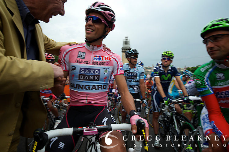 At the starting line of stage 19, Mr. Santini, owner of the company the manufactures the Maglia Rosa, introduced himself to Contador for the first time.