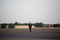 Ein Mitarbeiter des Secret Service geht am Dienstag (18.06.13) am Flughafen Tegel in Berlin vor Ankunft des US-amerikanischen Praesidenten Barack Obama ueber das Rollfeld. <br /> Foto: Axel Schmidt/CommonLens