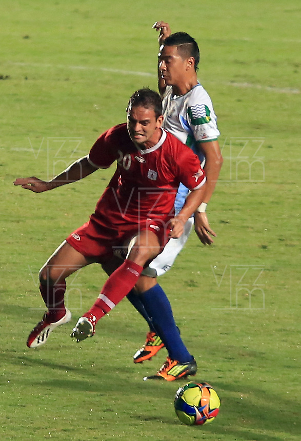 CALI - COLOMBIA -13-05-2013: Wander Luiz (Izq) del América, disputa el balón con Deiber Parra (Der.) de Jaguares durante  partido por la  Copa Postobon I en el estadio Pascual Guerrero de la ciudad de Cali, mayo 14 de 2013. (Foto: VizzorImage / Juan C. Quintero / Str). Wander Luiz (R) of America figths the ball with deiber Parra (L), of Jaguares during a match for the Postobon I Cup at the Pascal Guerrero stadium in Cali city, on May 14, 2013, (Photo: VizzorImage / Juan C. Quintero / Str)...