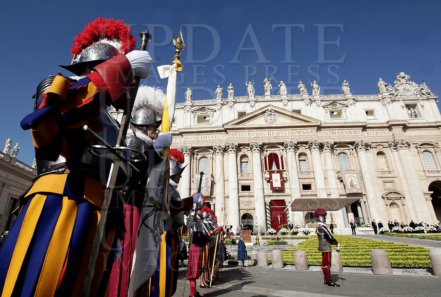 Guardia Svizzere in Piazza San Pietro prima dell'inizio della Messa di Pasqua celebrata da Papa Francesco. Citt&agrave; del Vaticano, 1 aprile, 2018.<br /> Swiss Guards before the start of the Easter mass led by Pope Francis in Saint Peter's Square at the Vatican, on April 1, 2018.<br /> UPDATE IMAGES PRESS/Isabella Bonotto<br /> <br /> STRICTLY ONLY FOR EDITORIAL USE